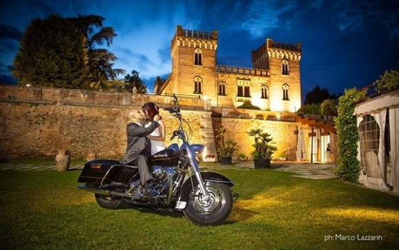 結婚式 バイクに乗って撮影