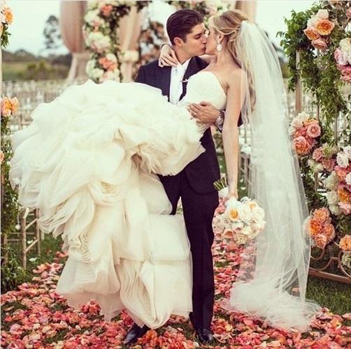 出展:http://tresvintageweddings.com/5-simple-gorgeous-shots-bride-groom/