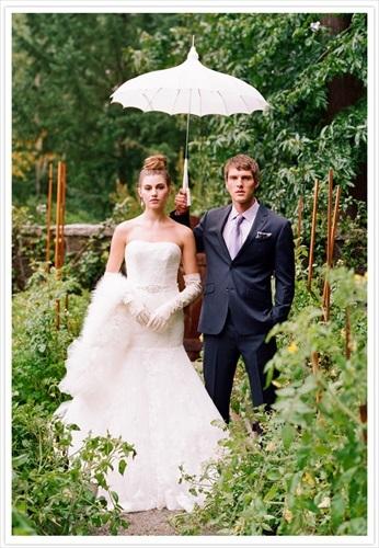 日傘を持つ 新郎新婦