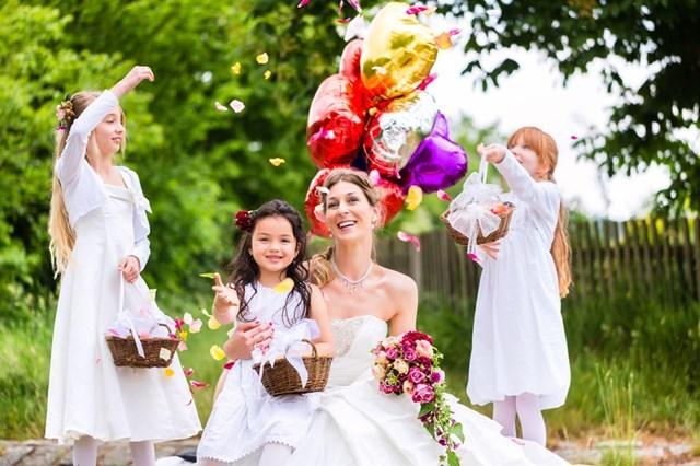 3人の娘と一緒に結婚式